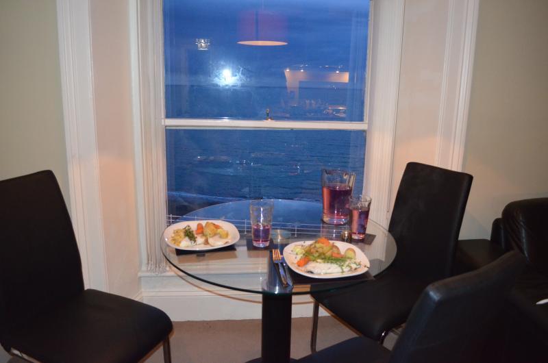 sala da pranzo, può ospitare quattro. Godetevi il vostro pasto con vista mozzafiato sul lungomare e del mare d'Irlanda.