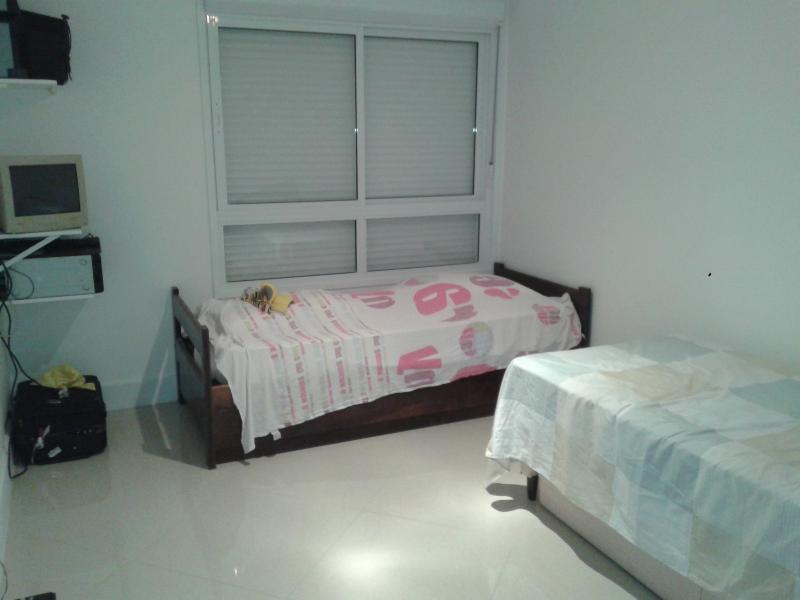 Quarto com cama de solteiro e mais outras 2 camas que montam casal.