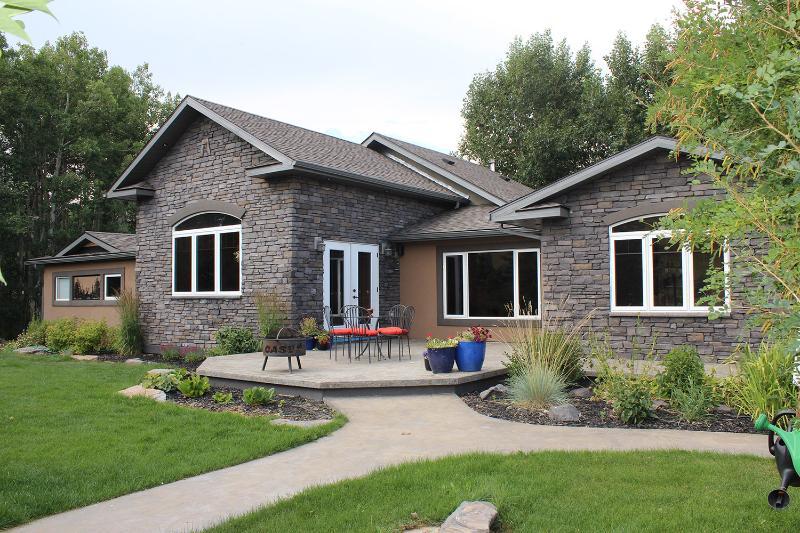Vista frontal de la casa - patio y fogón