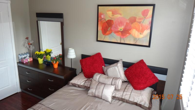 Quiet and clean private room in a beautiful home, vacation rental in Mississauga