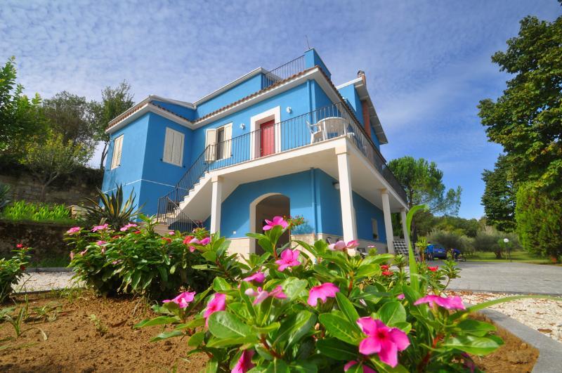 Casa Blu Vacanze tra Piazza Armerina e Caltagirone, vacation rental in Aidone