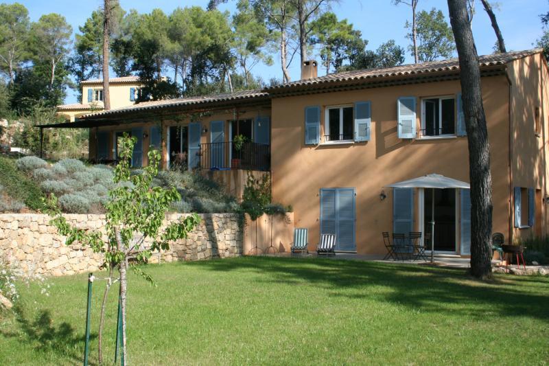 olhando através do gramado menor para a casa no nível superior com apartamento no nível mais baixo.