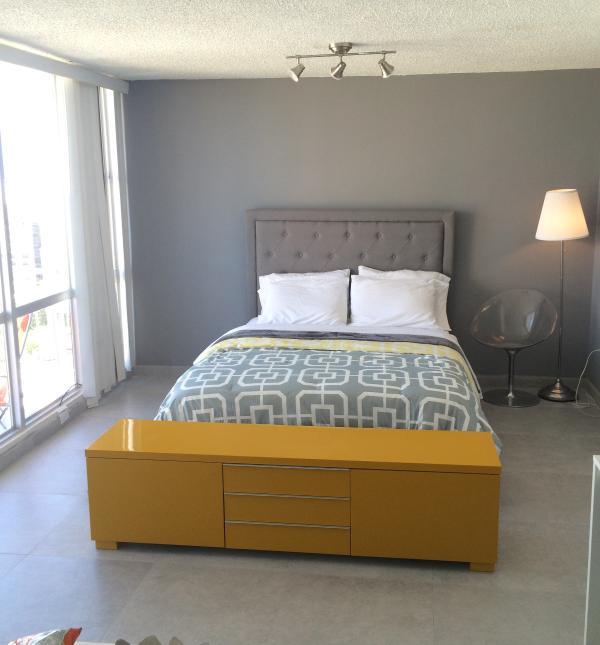 Zona camera da letto con letto matrimoniale.