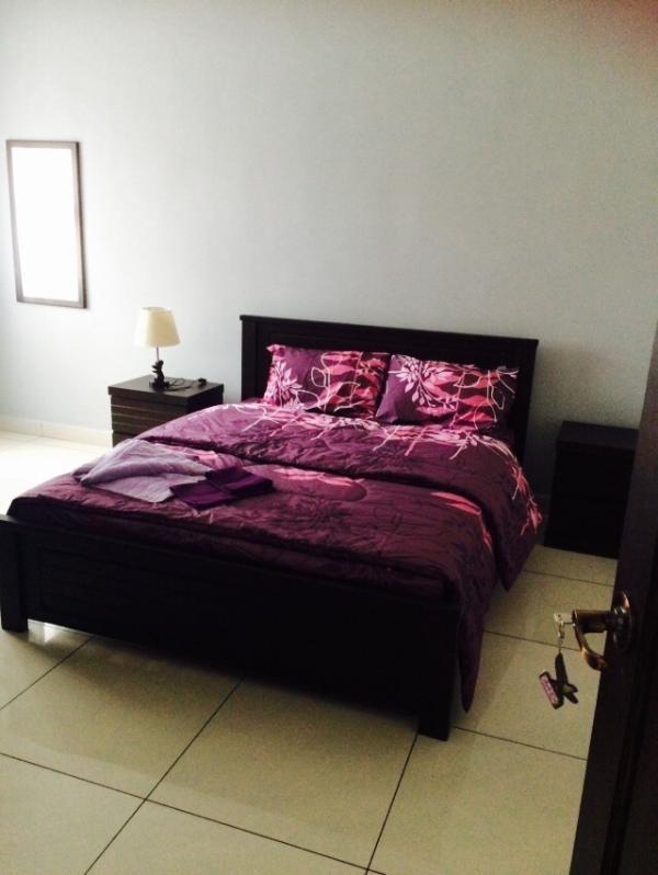1 dormitorio con (cama de matrimonio, cuarto de baño con ducha)