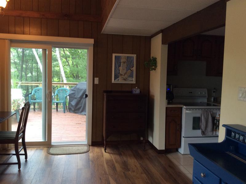 Las puertas del patio a la cubierta fuera de la cocina / sala de estar