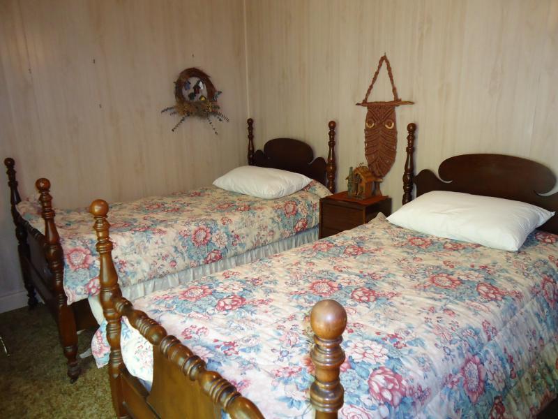 Segunda habitación del segundo piso - camas individuales y la puerta del patio a la cubierta