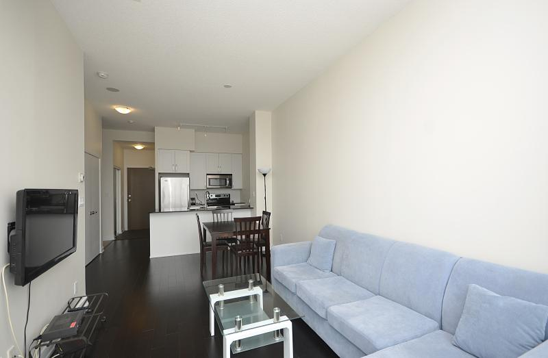 1BD+DEN CONDO CHARMING WITH PARKING AT SQUARE ONE, vacation rental in Oakville