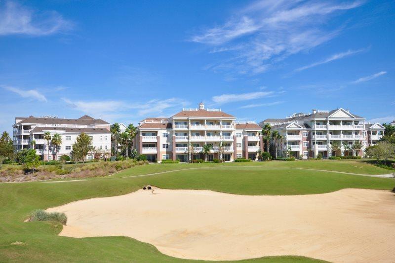 Baksidan av lägenheten med utsikt över golfbanan