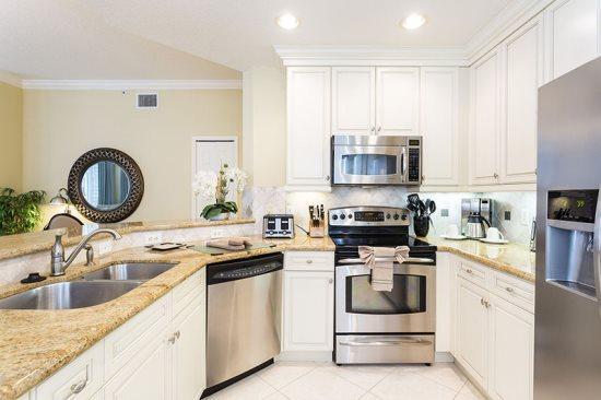 Het maken van maaltijden een briesje in deze keuken met grantie aanrechtblad en roestvrij apparaten zijn