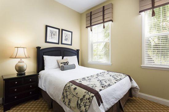Een van de drie slaapkamers heeft een enkele full-size bed