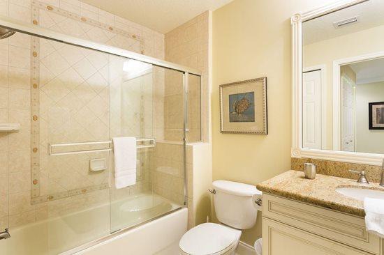 De familie badkamer heeft een dubbele wastafels en een inloopdouche