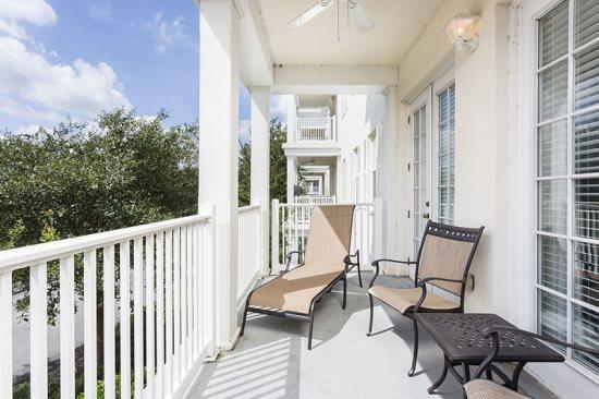 Geniet van de zon van Florida op uw eigen wrap around balkon