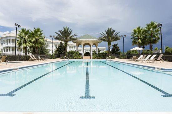 De terrassen gemeenschappelijk zwembad
