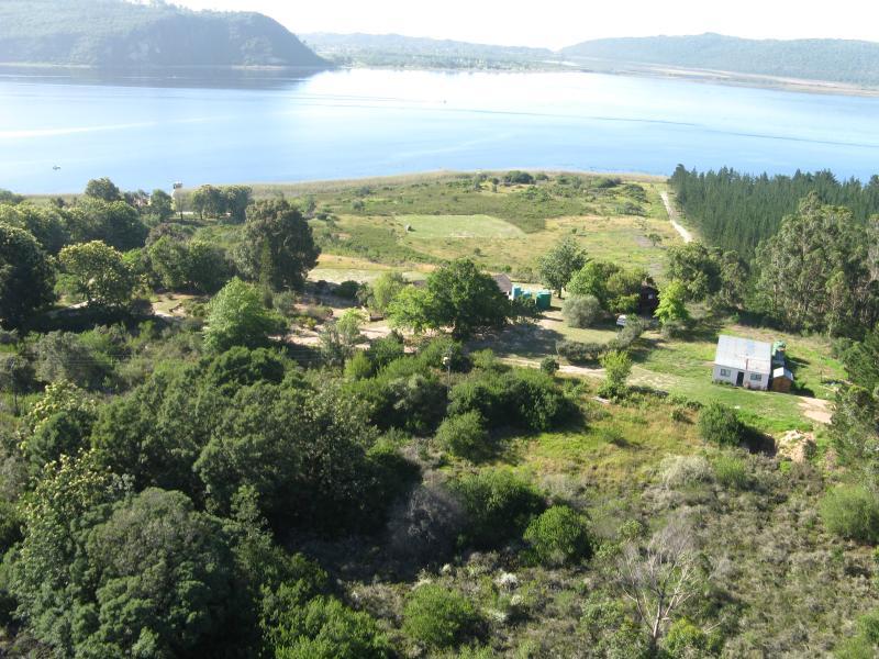 Vue aérienne de la Log Cabins. La petite cabine est derrière les arbres au droit des citernes.