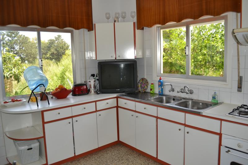 Room  in a villa with 2 bedrooms near the beach, 5* hotel&casino, restaurants., location de vacances à Edremit (Trimithi)