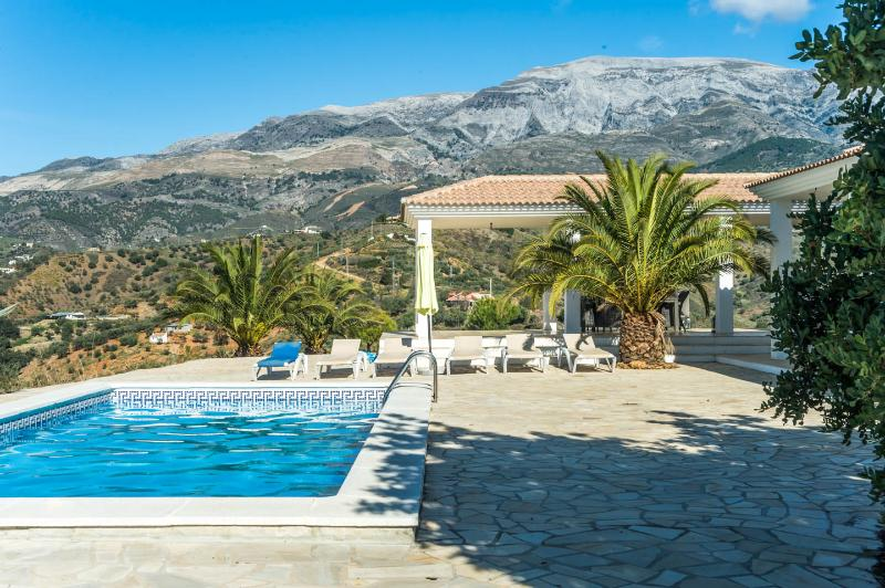 Beautiful secluded luxury villa with fantastic mountain view + own pool, holiday rental in Canillas de Aceituno