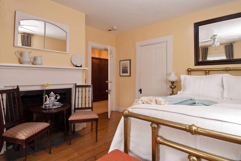 Bostonian Room - Queen bed, private bath with shower.