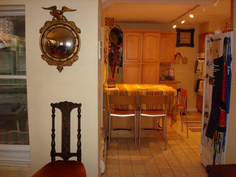 Vista da ampla sala de estar, a cozinha totalmente equipada