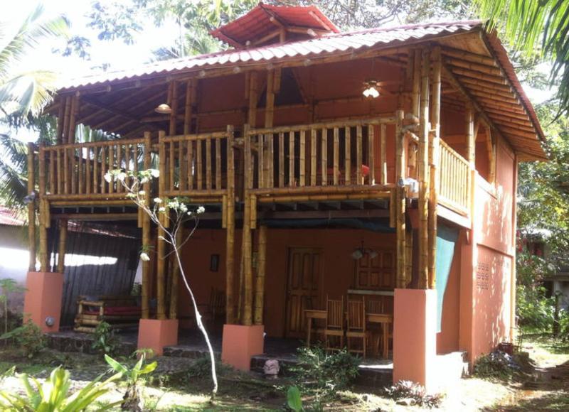 Fantastic Bamboo House Steps From The Beach, vakantiewoning in Manzanillo