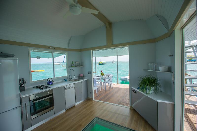 Uw woonkamer-keuken, met het Aquarium en het onderwater verlichting