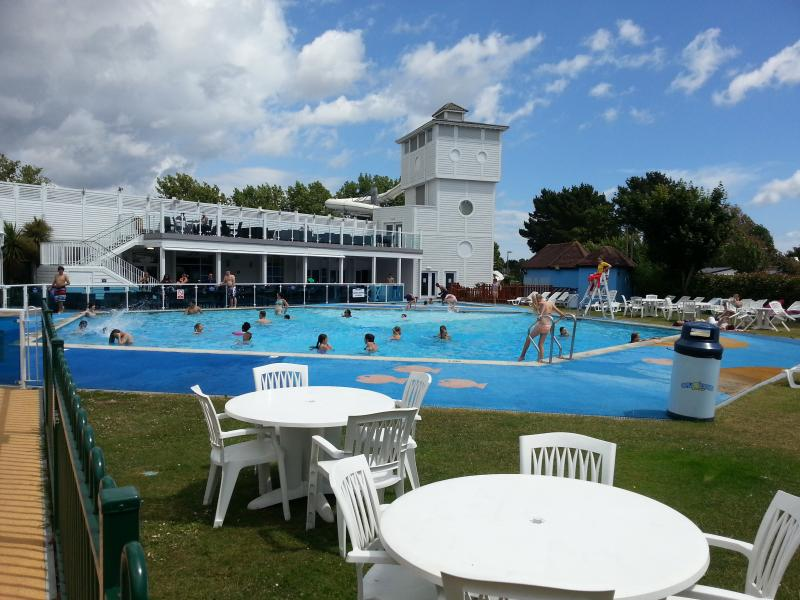 Holiday static caravan in 5* Rockley Park, Poole, aluguéis de temporada em Sandford