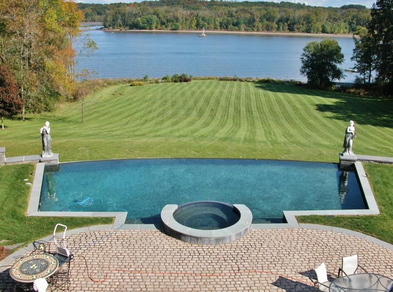 Una vista de la piscina y spa con vistas al río Hudson