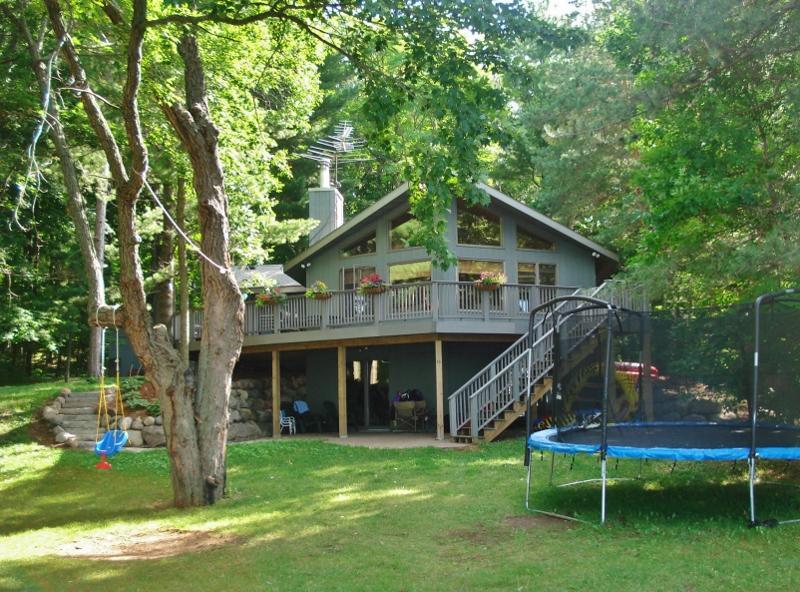 Waterfront Luck Cabin w/Bone Lake Views & ZipLine!, casa vacanza a Cumberland