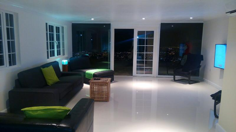 Terrace 2 bed Apt shared pool, Degicel TEL:4566516, vakantiewoning in Kingston