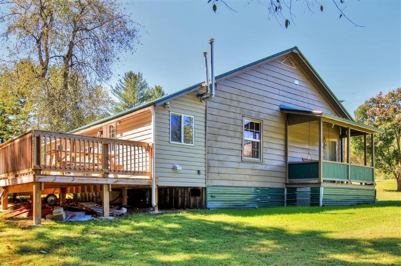 Vous adorerez cadre incroyablement paisible de cette maison sur 2 acres privés d'herbe verte luxuriante
