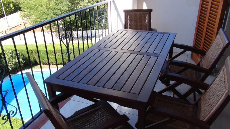 Mesa exterior para vermut, tapeo y cenas al fresco