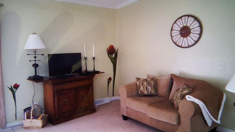 Living room has Love seat, couch & 6 Ft bench for seating, flat screen TV & Blu-ray DVD