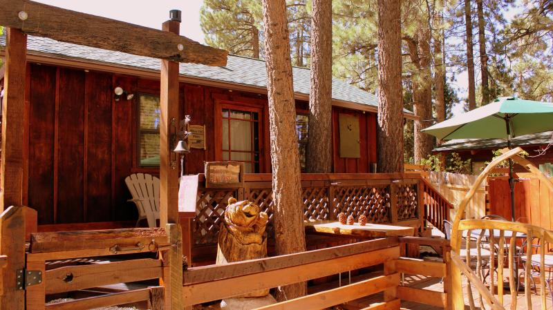 Simply Irresistible!  Romantic cabin with spa!! Now with HEPA/UV air sanitizers., location de vacances à Big Bear Lake