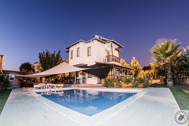Pool und Haus am Abend