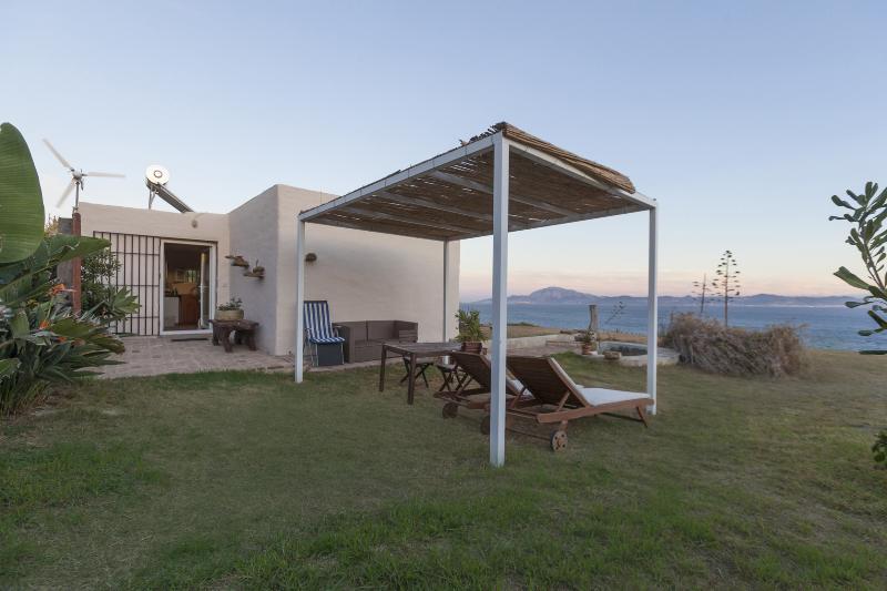 Hermosa casa junto al mar con zona de increíbles vistas al mar. África se puede ver en el fondo.