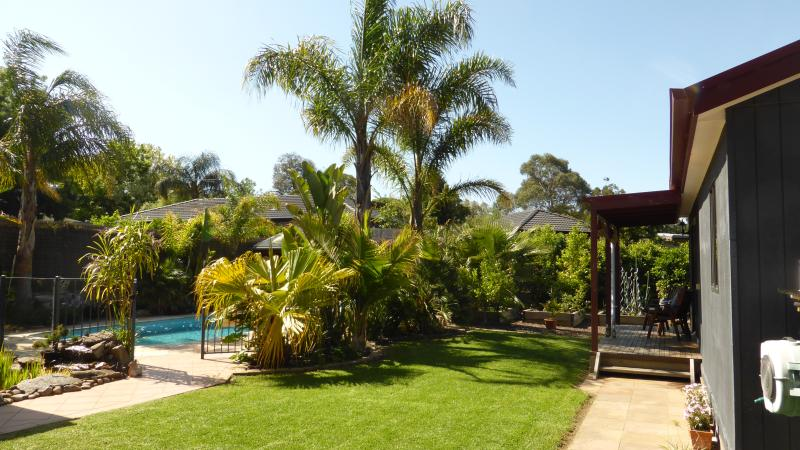 Hut in tropical Setting, vacation rental in Rowville