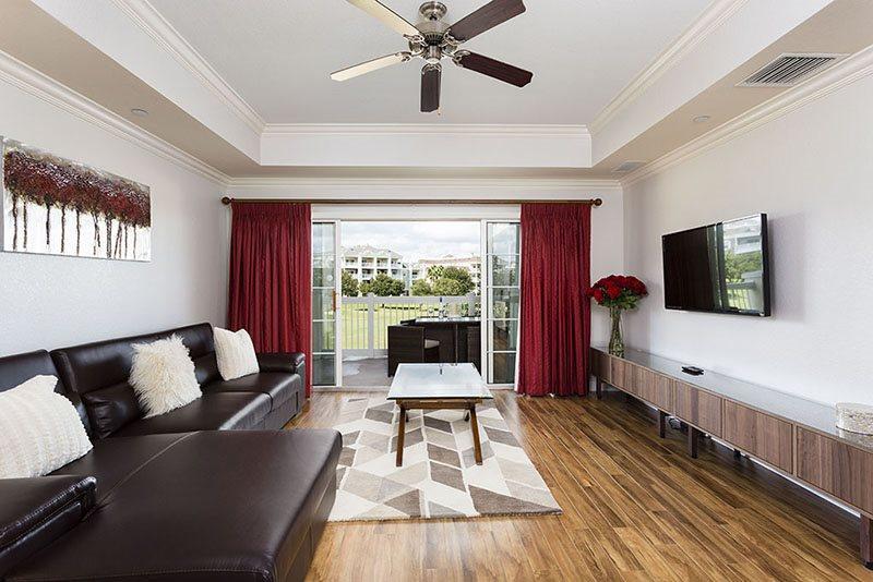 Elegante y moderna sala de estar con gran televisor LED