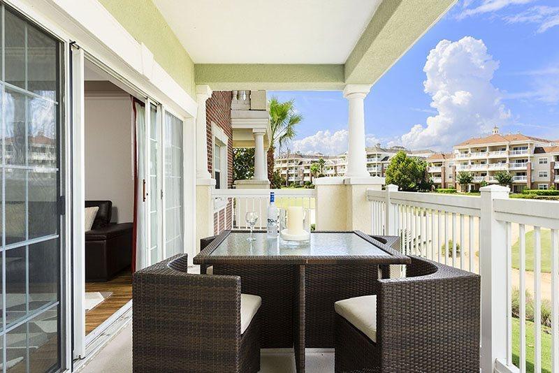 Relájese y disfrute de la vista desde su gran balcón privado