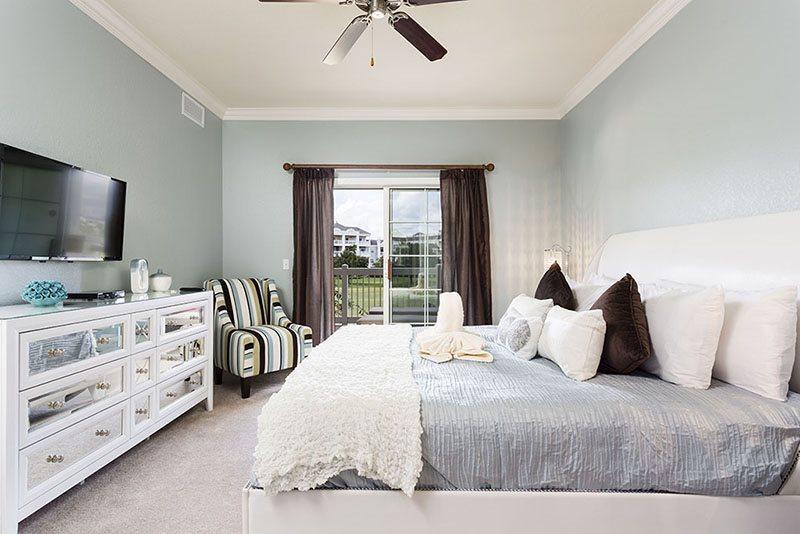 Suite principal tamaño king con balcón privado y TV LED