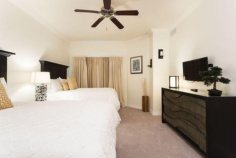 El tercer dormitorio cuenta con dos camas matrimoniales con TV LED