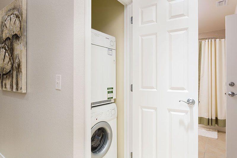 En la unidad de lavadora y secadora