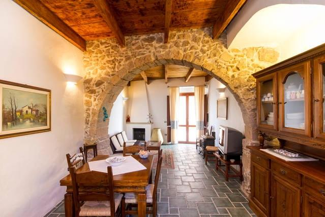 Sala de estar con el arco de piedra restaurado.