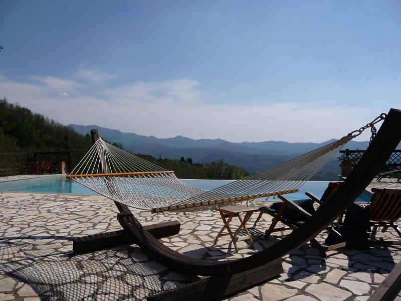 Relájese con una copa de vino junto a la piscina