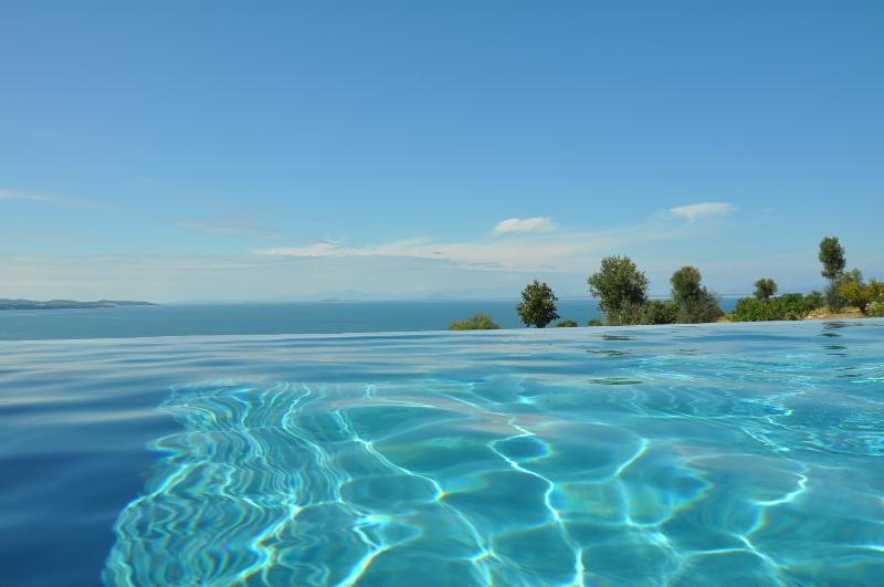 Fantastic infinity pool