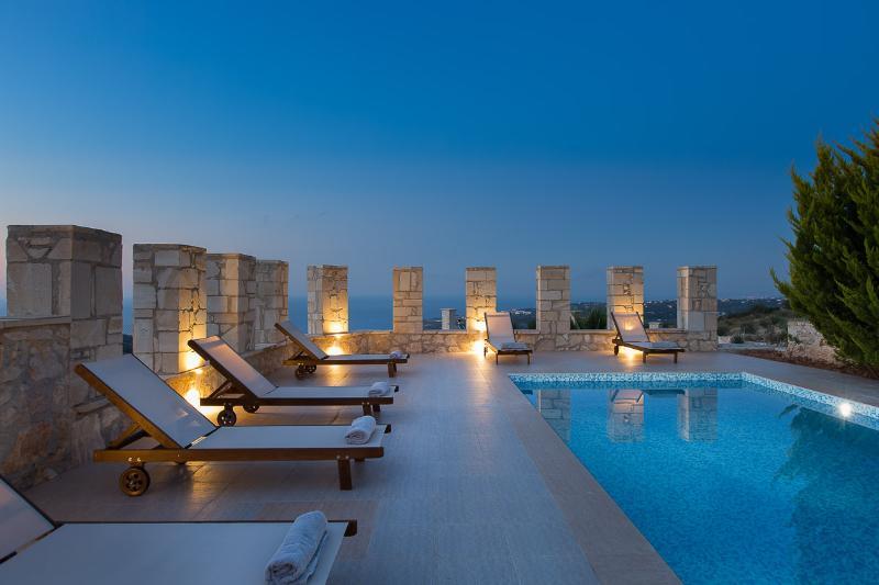 Villa Aeolos with private swimming pool and sea view to the Cretan Sea, holiday rental in Kato Valsamonero