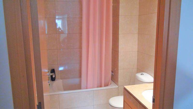 'Bathroom I': bath-tube/shower, hairy dryer, towels, shampoo