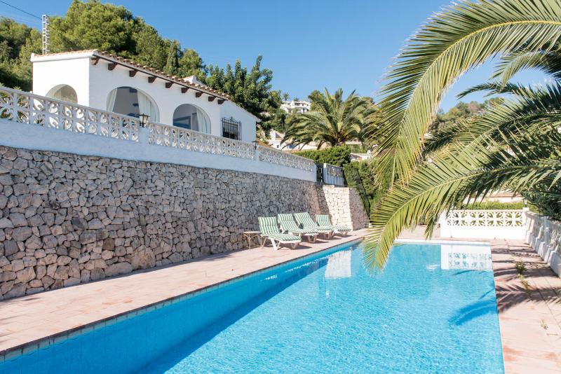 Casa Benicarlo Fantastic Sea & landscape Views , 2.5 km from beach , tranquil, aluguéis de temporada em Moraira