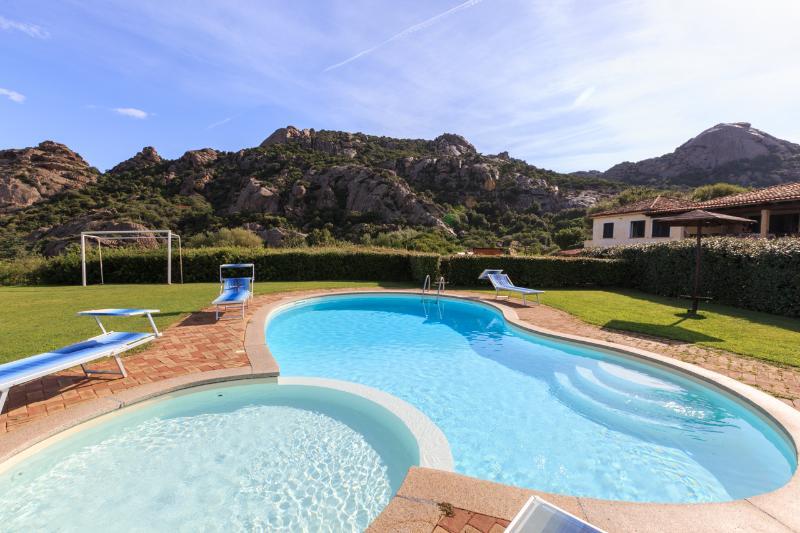 Appartamento in villa rurale con piscina, holiday rental in Poltu Quatu