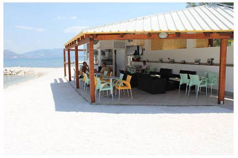 bar de la plage est à moins de 100 m de l'appartement