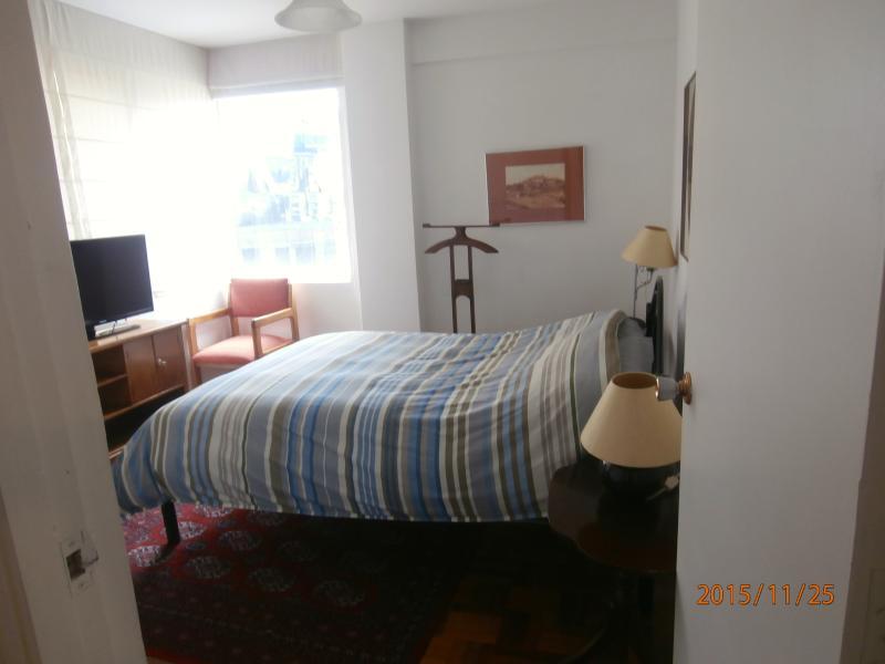 Dormitorio principal cama doble colchon comodo y mucha luz de mañana. Televisión por cable y armario