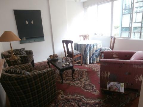 Sala comedor con todo el sol de la tarde y cómodos sillones, buena decoración y ambiente de calidez.